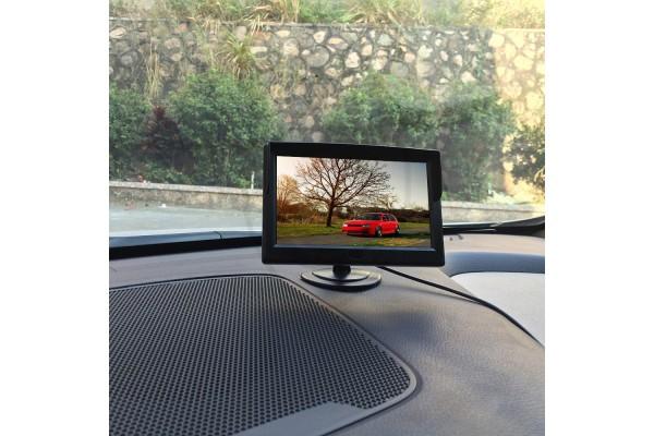 A standard állványos autós monitor 5″ átlómérettel
